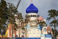Храм каменный, купола фарфоровые