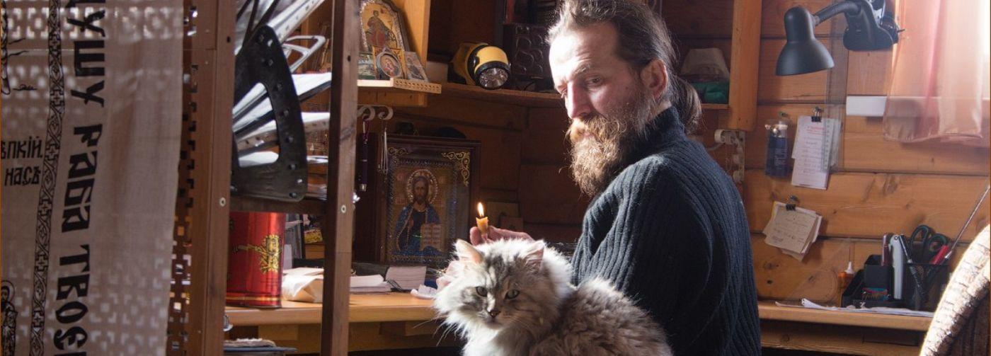 Священный запрет гладить кошек. Всем грешно, а батюшкам – можно!