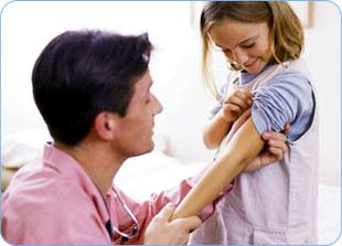 АКДС - комбинированная прививка от коклюша, дифтерии и столбняка.  После первого курса вакцинации формируется...