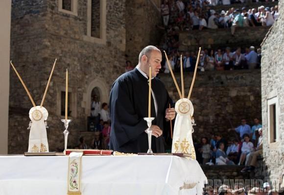 Один из монахов-алтарников проверяет, все ли готово на Престоле к службе