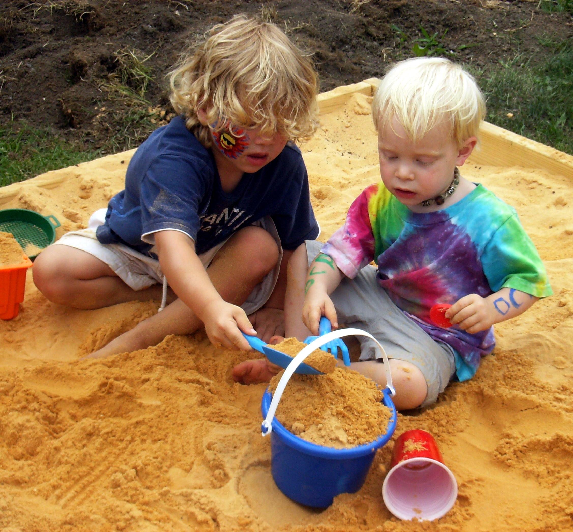 2 ребенка 1 песочница
