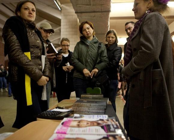 Рядом с глянцем продавали одежду с тезисами Доктрины 77.
