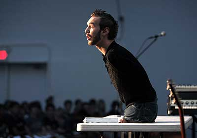 STOP SUICID! - Страница 3 Nick-Vujicic-speaking-with-the-audience