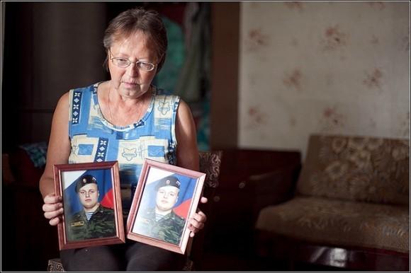Евгения Борисовна с фотографиями выросших внуков