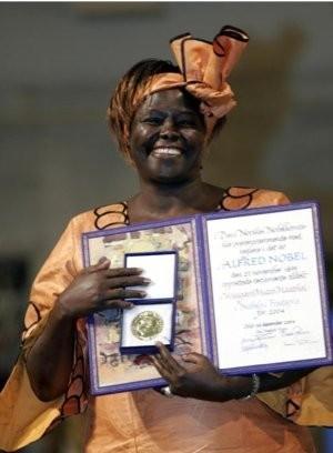 Вангари Маатаи получает Нобелевскую премию мира в 2004 году