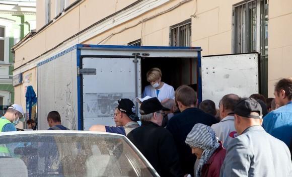 Лиза Глинки кормит бомжей. Фото Юлии Маковейчук