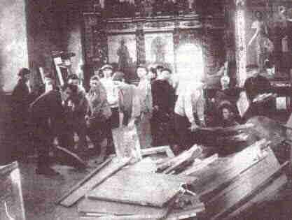 Большевики в Успенском соборе Кремля. 1918 г.
