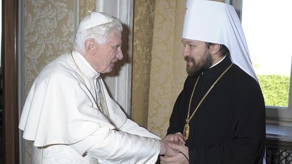 Папа Бенедикт XVI (слева) пожимает руку митрополиту Илариону, фото: REUTERS/Osservatore Romano
