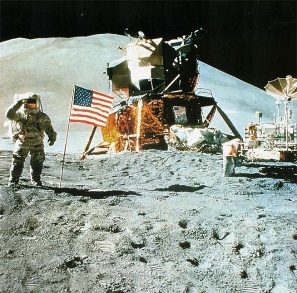 Высадка американского летательного аппарата на Луне. Фото NASA Поиски жизни при помощи радиотелескопов и космических аппаратов пока не дают никаких оснований надеяться на контакт с внеземным разумом. Даже находки микроорганизмов на Луне (а также намеки на марсианскую микроорганику) – после нескольких десятилетий полетов – «не радуют»: речь с большой долей вероятности идет о «сорняках», занесенных космическими аппаратами с Земли, а не о марсианских (и тем более лунных) организмах.