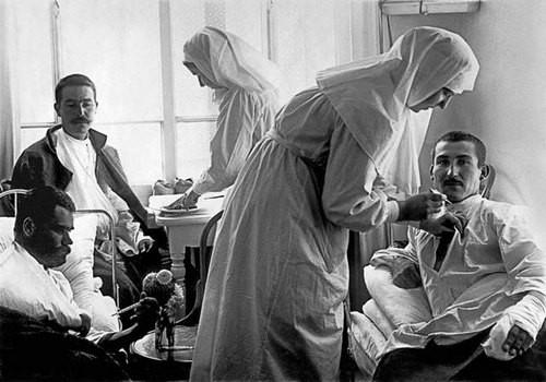 Сестры милосердия и раненые в палате больницы Покровской общины. Петроград. 1914–1916. Фото ателье К. К. Буллы