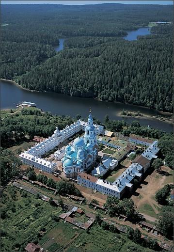 Келейные корпуса монастырской усадьбы расположены в виде каре. 2002 г. ©Сергей Компанийченко, фото с сайта http://www.valaam.ru