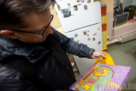 подарок доктора Лизы Рустему - изображение таксы на шелке, любимая порода юбиляра