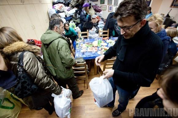 многие люди приходили и видели Рустема в первый раз, знакомились и дарили подарки прямо в руки