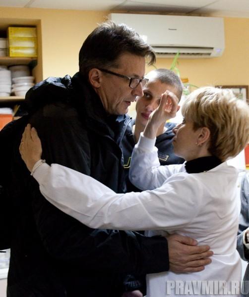 на прощание доктор Лиза крестит именинника
