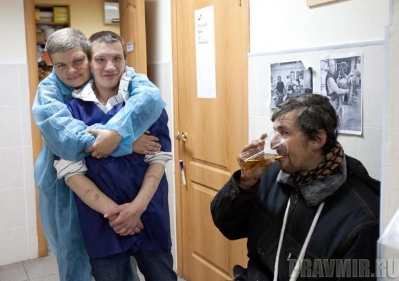подопечные фонда, помогавшие весь вечер, пьют только яблочный сок
