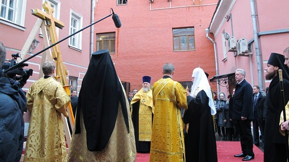 Патриарх Кирилл освятил крест для храма апостола Богослова под Вязом