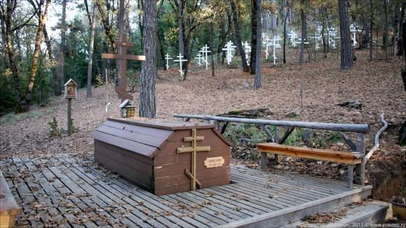 Могила о. Серафима. За ней виднеется монастырское кладбище.