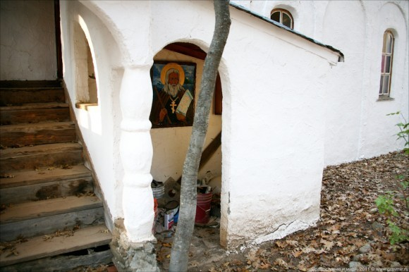 У монастырского храма.