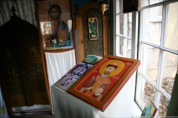 Многие иконы в обители написаны в грузинской иконописной традиции.