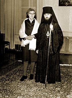 26 декабря 1965 года. Ювеналий (Поярков) с матерью в день посвящения в епископы. Фото из личного архива митрополита Ювеналия.