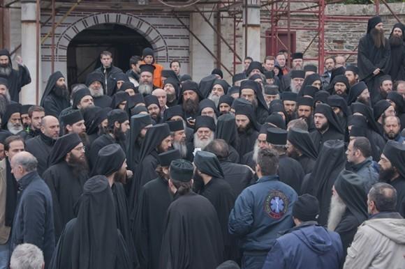 Настоятеля провожают духовные чада и насельники Ватопедского монастыря
