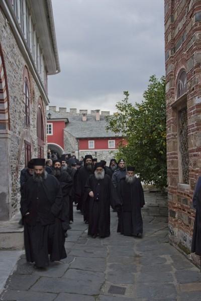 Делегация по дороге в зал братских собраний
