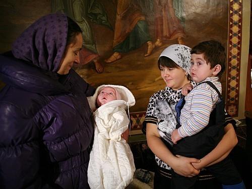 Кира на руках у психолога Анны (слева), Александр на руках у Марфы