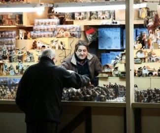 """Выбирают фигурки для Рождественского Вертепа (в Испании такие вертепы называют """"Belen"""")"""