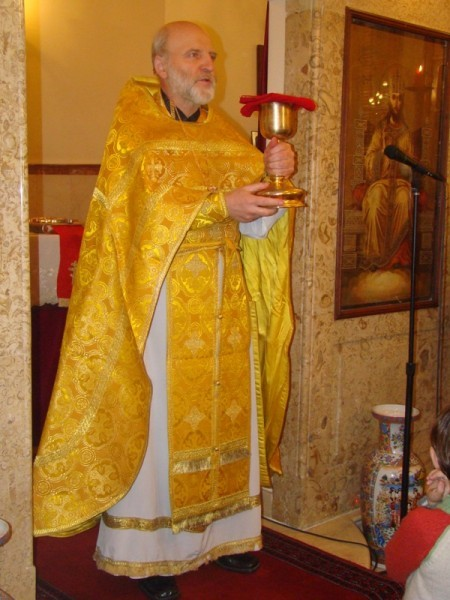 Причастие. Отец Анатолий читает все молитвы медленно, чтобы все понимали о чем, даже те, кто плохо говорит по-русски.