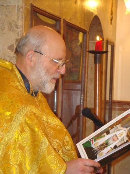 Батюшка зачитывает послание Святейшего Патриарха Кирилла верующим, это очень важная часть службы: русским Ливана важна связь с Родиной, особенно духовная поддержка.