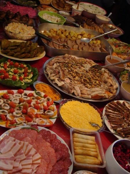 Блюда ливанской и русской кухни, преобладают крабовый салат, селедка под шубой, котлетки, колбаска из России, блинчики