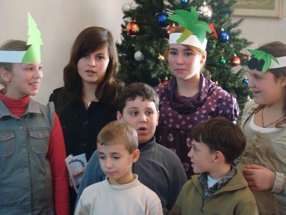 Детишки подготовили небольшой Рождественский концерт (на русском языке).