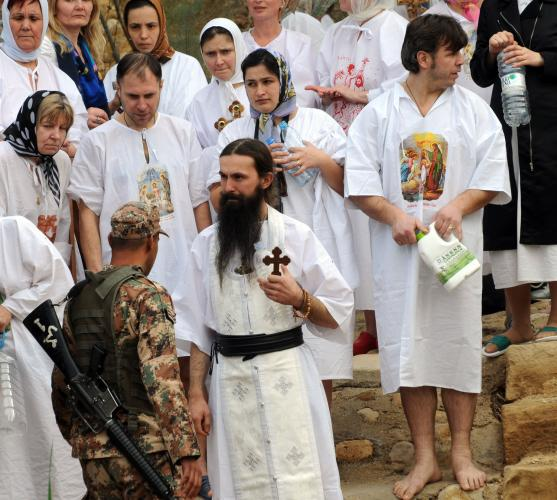 Верующим не разрешают пройти к Иордану.