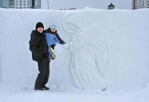 Нижневартовск. Ангел снежный... Вырезал мой муж на территории храмового комплекса на Рождество. Фото Ольги Пименовой