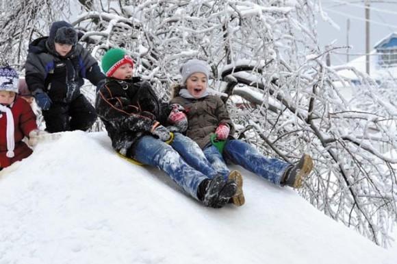 Балашиха. Это наши дети после Рождественской ночной службы и трапезы, и мы катались — те, у кого силы еще были. Фото Светланы Ромашовой