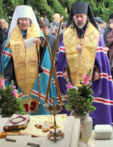 Торжественный молебен на могиле святого Николая на кладбище Янака.