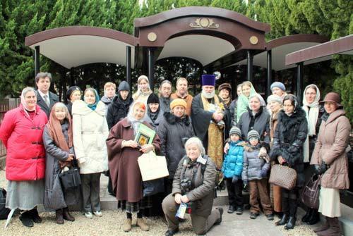 Русские православные христиане на могиле святого Николая. В центре – протоиерей Николай Кацюбан