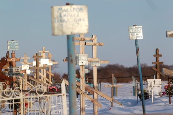 Сельское кладбище в Разночиновке, где хоронят детей-сирот