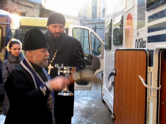 Чин освящения автобуса совершил протоиерей Александр Степанов