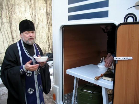 Протоиерей Александр Степанов пробует кулеш