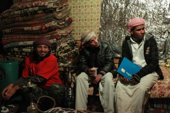 Бедуины отдыхают на пути к вершине. Фаулзи - крайний слева