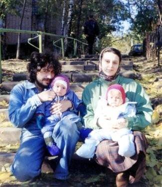 Супруги Гурболиковы с дочками. Осень 1997 года. Автор фото - Владимир Легойда