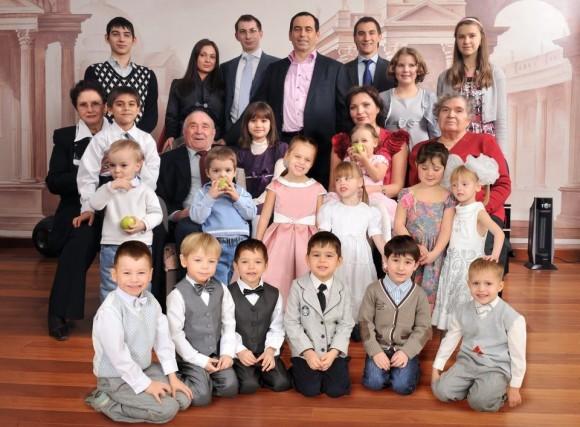 Роман Авдеев с семьей