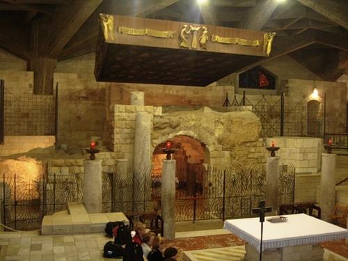 Остатки дома Иосифа в католическом храме