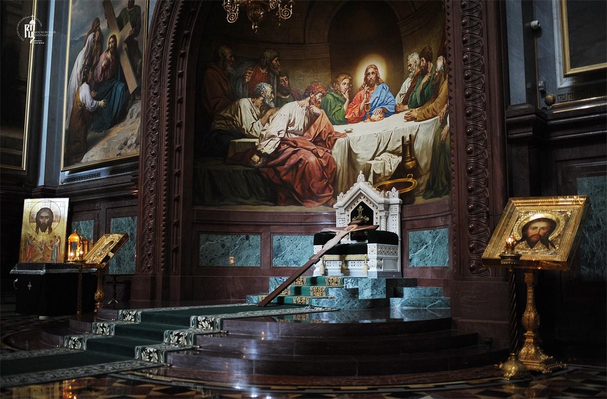 Утреня Великого пятка с чтением двенадцати Страстных Евангелий в Храме Христа Спасителя (ФОТО)