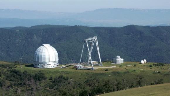 Верхняя научная площадка САО РАН. 2100 м н.у.м. Слева – башня телескопа БТА.