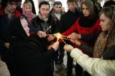 Игуменья Архелая — настоятельница единственного действующего монастыря епархии, Покровского женского монастыря, раздает Благодатный огонь.