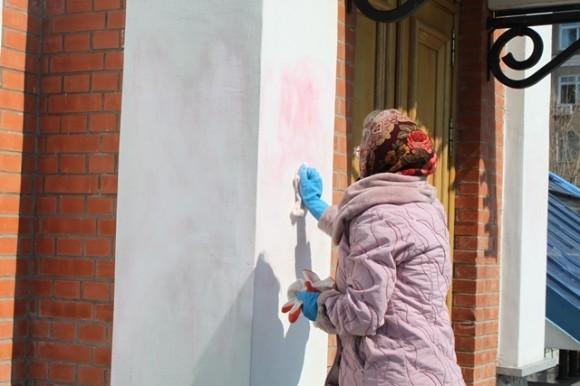 Хабаровские верующие убирают следы вандализма с храма. Фото: AmurMedia