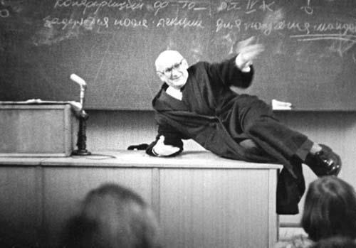 Лекция по русской литературе. Профессор Владислав Антонович Ковалёв изображает, как Обломов прожигал жизнь.