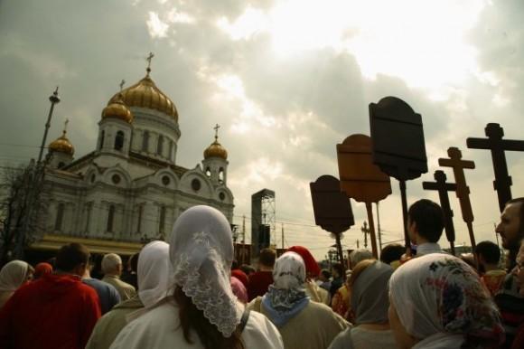 «МЫ ДЕРЖИМ УДАР»: у Храма Христа Спасителя отслужили молебен в защиту Церкви. Наиболее яркие комментарии участников.